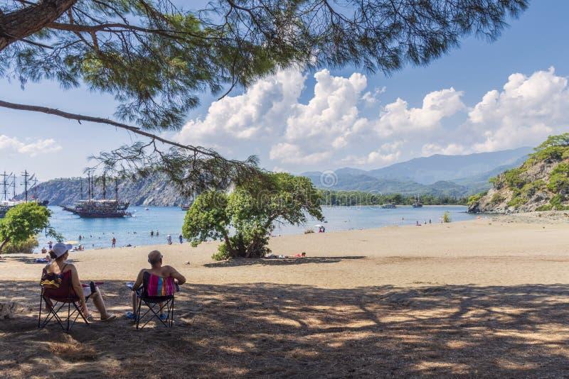安静的海湾在Phaselis、美丽的海、绿色植被、船和游艇城市的历史的废墟的区域 免版税库存图片