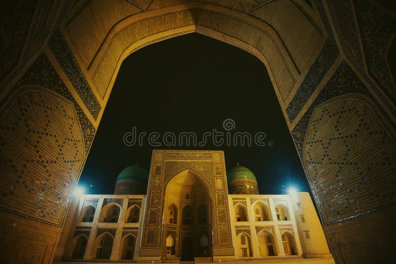 安静的Kalon清真寺,Mir我阿拉伯人Madrasah广场,老古老修造的废墟在晚上,布哈拉,乌兹别克斯坦 免版税库存图片