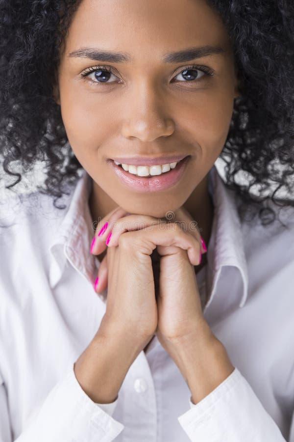 安静,微笑和美丽的非洲妇女画象 免版税库存照片