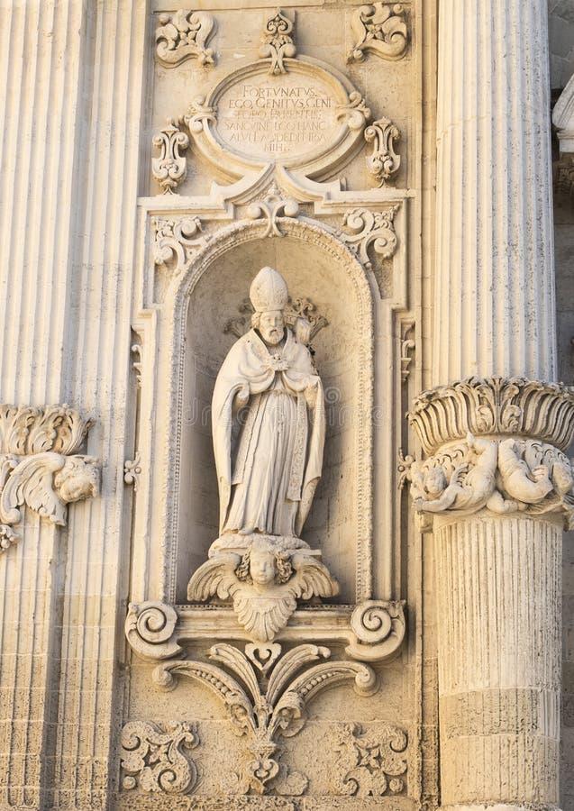 安顿包含圣徒Giusto在入口右侧到中央寺院大教堂,莱切,意大利雕象  库存图片