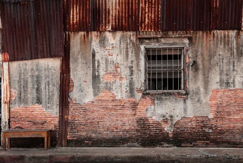 宋卡,泰国-老难看的东西磨损的修造的砖墙和窗口在宋卡Nang Ngam街道著名历史 图库摄影