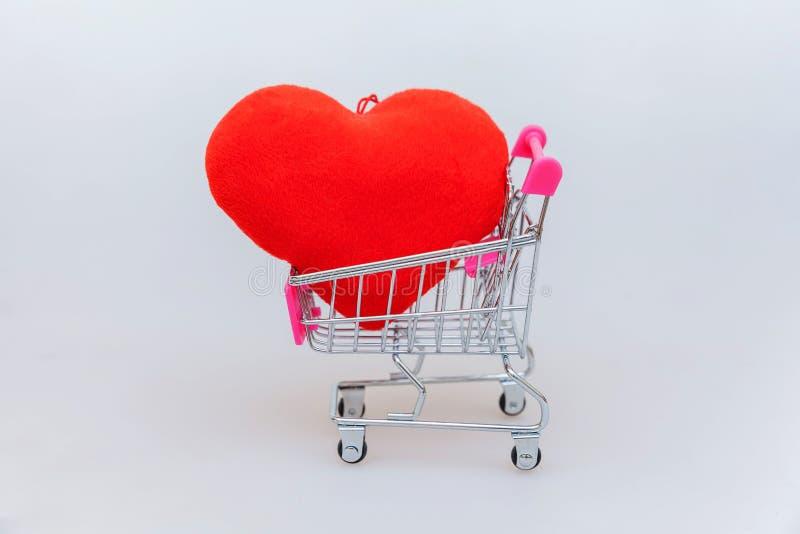 完全与小型超市杂货推挤推车的最小的在白色背景隔绝的设计购物的玩具的和心脏 免版税库存照片