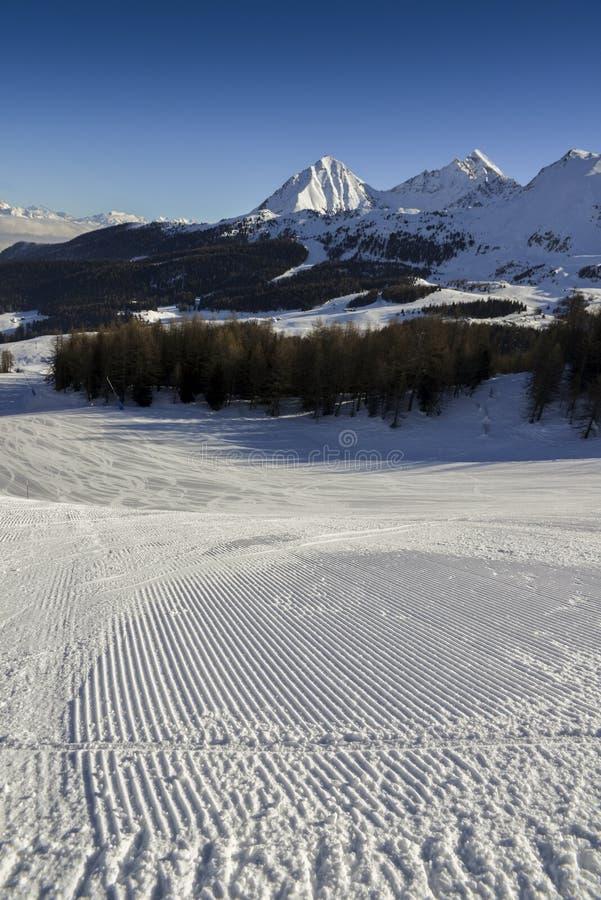 完全修饰的空的滑雪滑雪道在Pila,瓦尔d `奥斯塔,意大利 库存照片