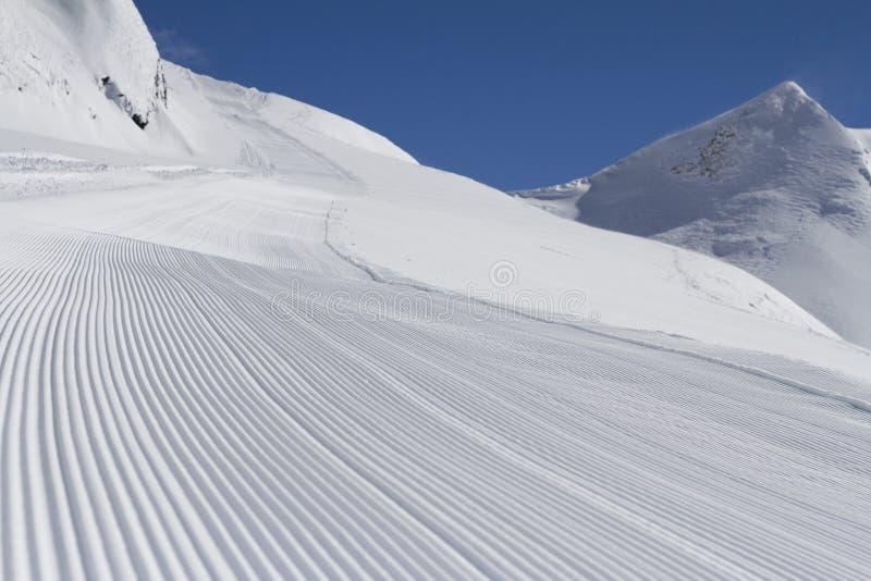 完全修饰的空的滑雪滑雪道 免版税库存图片