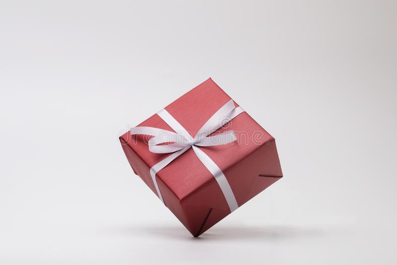 完全在白色背景的红色礼物盒 免版税图库摄影