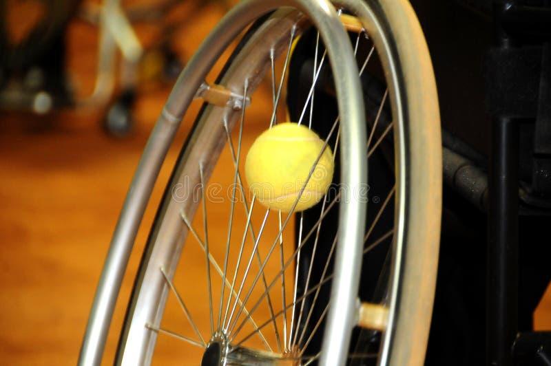完全打在轮椅的残疾运动员网球 库存照片