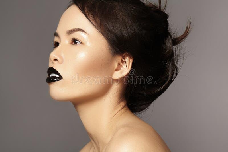 完善与时尚构成和发型的亚洲模型 秀丽与黑嘴唇构成的万圣夜样式 狭小通道脸 免版税库存照片