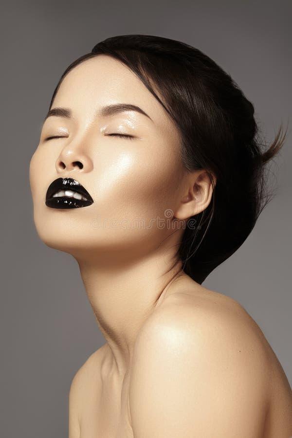 完善与时尚构成和发型的亚洲模型 秀丽与黑嘴唇构成的万圣夜样式 狭小通道脸 图库摄影
