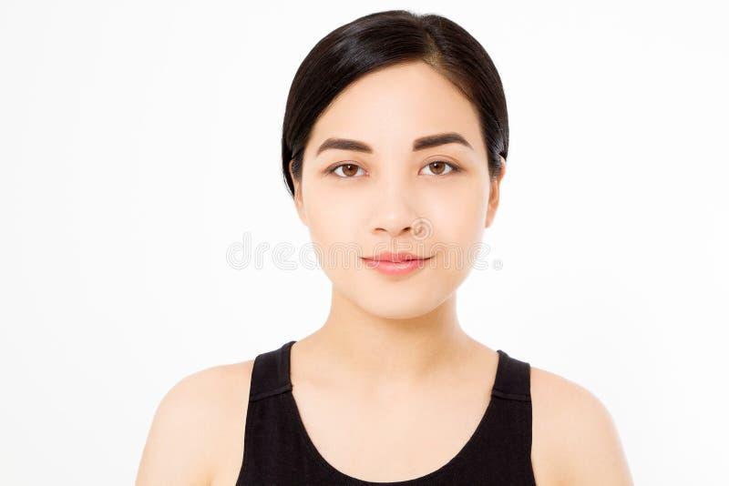 完善亚裔妇女宏观在白色背景隔绝的面孔和深色的干净的健康头发 复制空间 护肤和构成 免版税库存图片