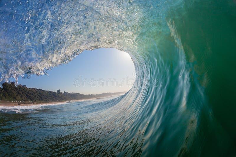 完善波浪凹陷里面的水照片 免版税库存图片