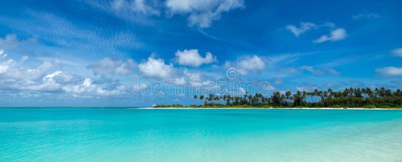 完善热带海岛天堂海滩马尔代夫,全景格式 免版税库存图片