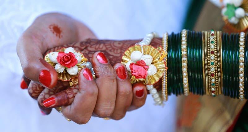 完善的印度婚姻的新娘新郎股票照片 免版税图库摄影