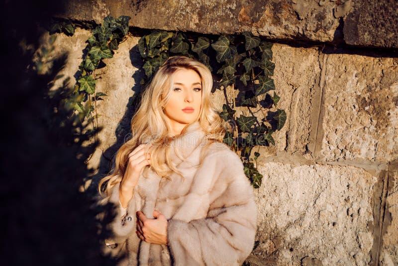 完善的妇女享受好日子户外 秋天成套装备 现代时尚成套装备 r 华美的俏丽的妇女 免版税图库摄影