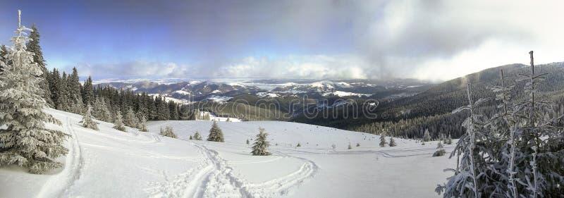 完善的山滑雪风景 免版税库存图片