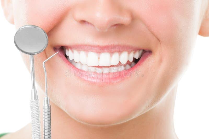 完善的微笑和牙医工具特写镜头  免版税库存照片