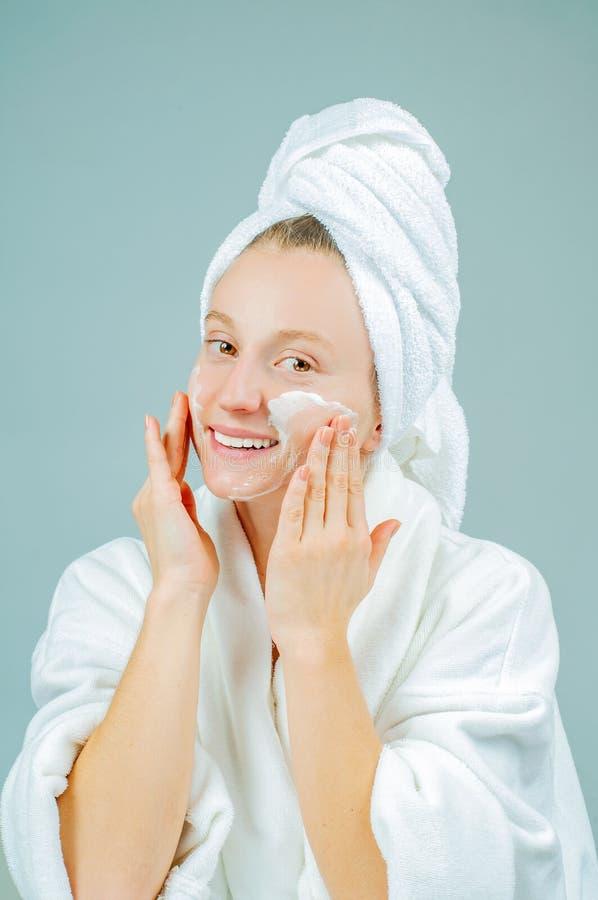完善的新干净的皮肤概念 洗她的面孔的年轻美女 库存图片