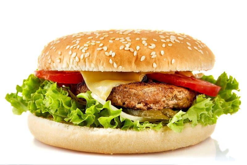 完善的汉堡包用乳酪、烟肉、腌汁、蕃茄、葱和莴苣在白色背景 免版税库存照片