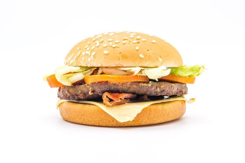 完善的汉堡包经典汉堡美国乳酪汉堡用乳酪、在白色背景和莴苣隔绝的烟肉、蕃茄 免版税图库摄影
