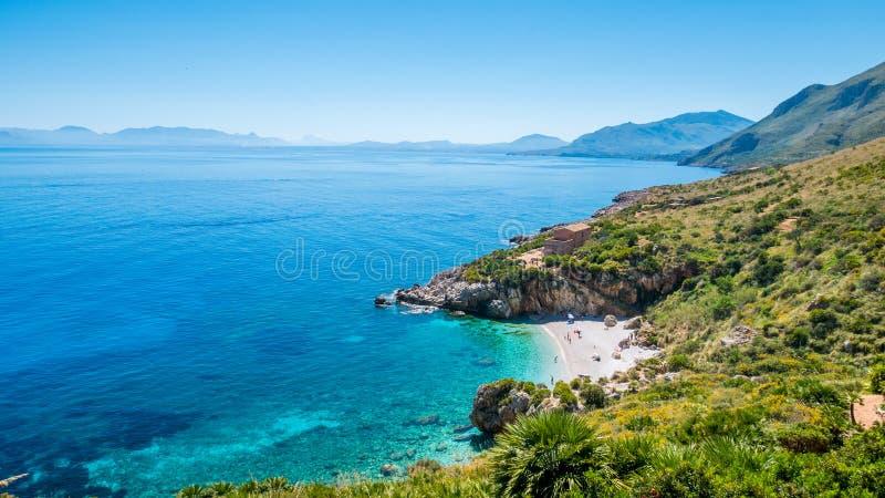 完善的秘密海滩:白色小卵石在圣维托洛卡波,西西里岛,意大利靠岸和绿松石海 库存照片
