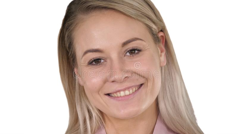 完善的自然白色背景的嘴唇构成美丽的女性白肤金发的妇女 免版税库存照片