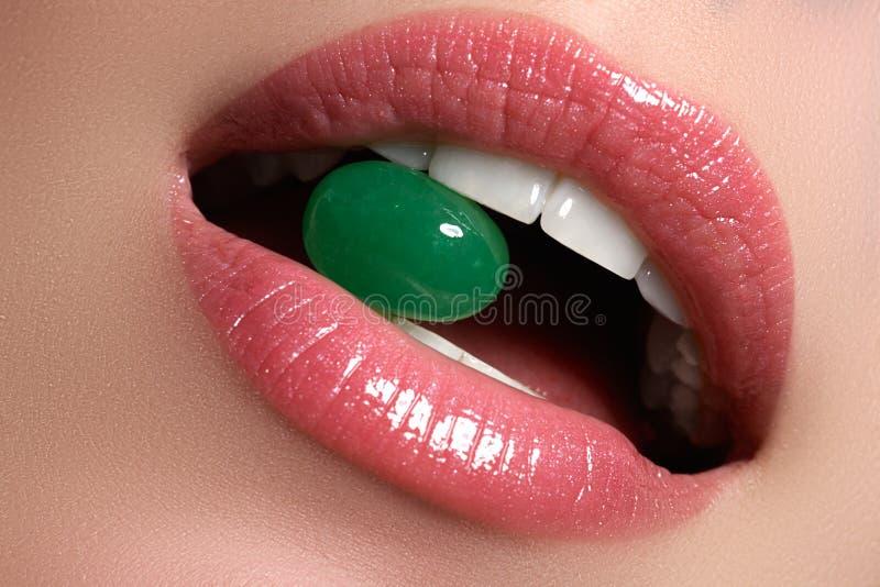 完善的嘴唇 性感的女孩嘴关闭 秀丽微笑妇女年轻人 自然肥满充分的嘴唇 嘴唇增广 关闭细节 库存图片