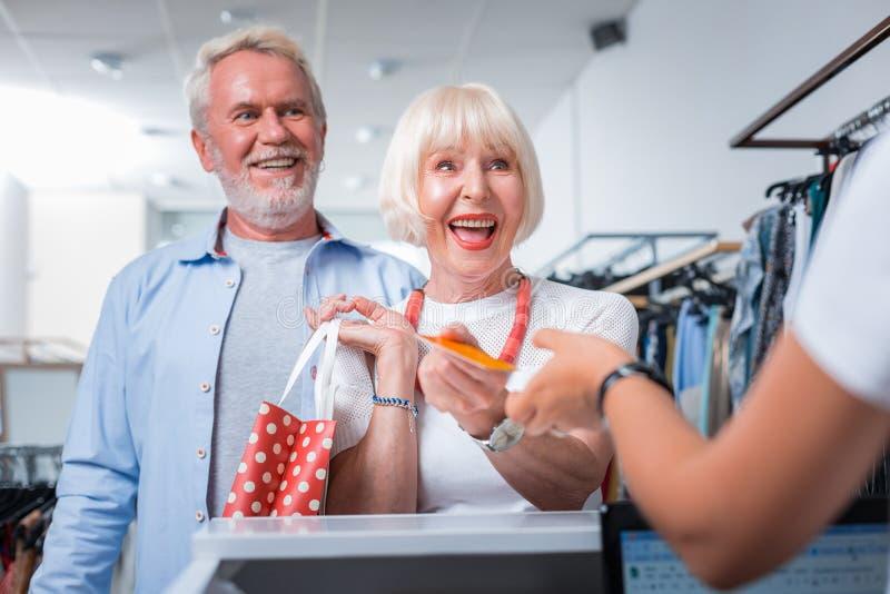 完成他们的周末购物的高兴年长夫妇 免版税图库摄影