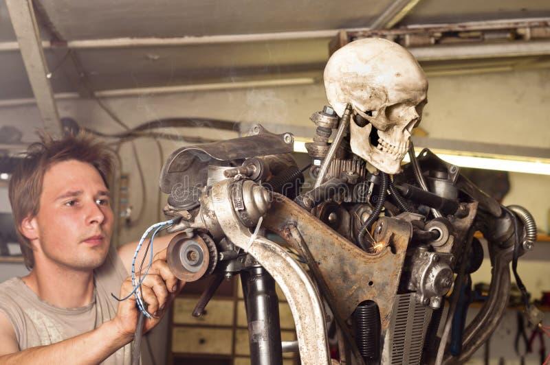 完成他的机器人工作者 免版税库存图片