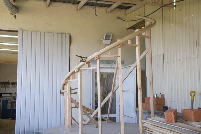 完成和相接的片段,弯曲由从橡木鳞片的扶手栏杆  免版税库存图片