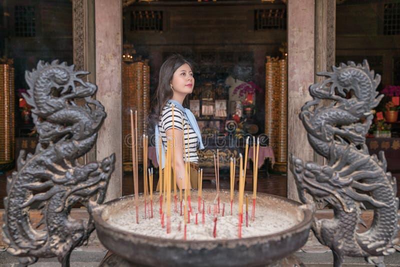 完成在寺庙的亚裔夫人仪式 库存图片