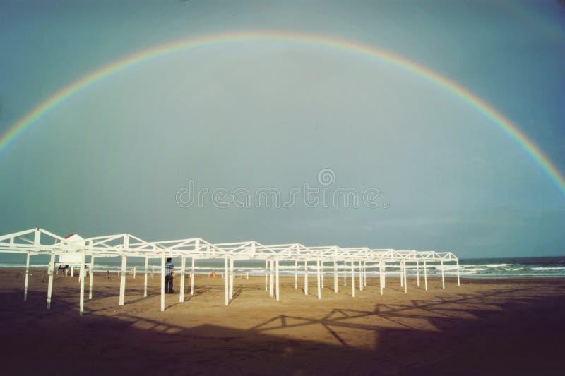 完成在海滩的彩虹 免版税库存图片