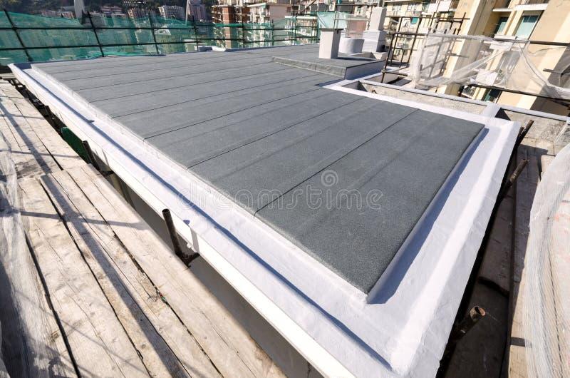 Download 完成大厦的屋顶 库存图片. 图片 包括有 金属, 防水, 零售, 详细资料, 屋顶, 工具, 石头, 的treadled - 62535287