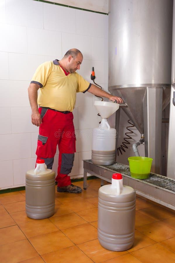 Download 完成的橄榄油 库存照片. 图片 包括有 处理, 里面, 液体, 纬向条花, 工作者, 筒仓, 坦克, 问题的 - 22354992
