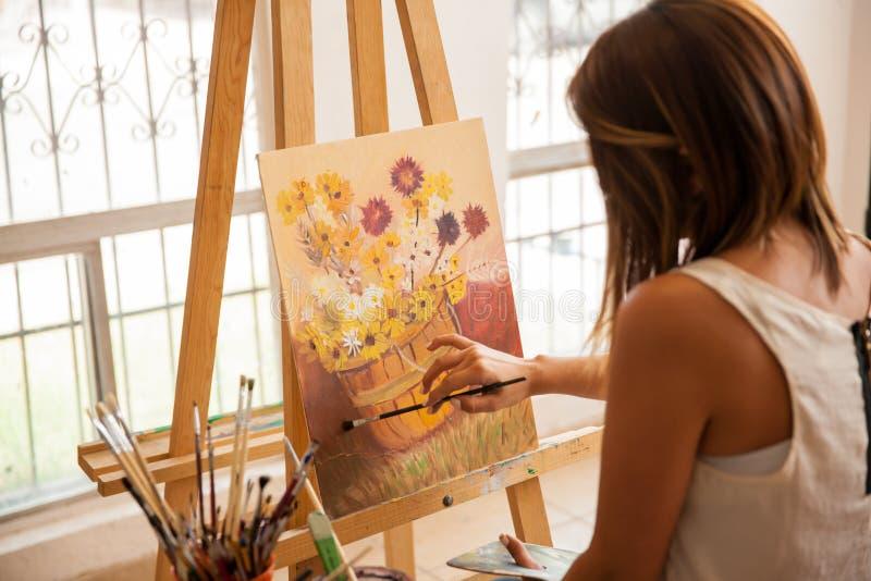 完成绘画的女性艺术家 图库摄影