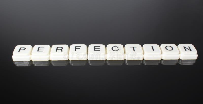 完美文本词标题说明标签盖子背景背景 字母表信件在黑反射性背景的玩具块 Whi 免版税图库摄影