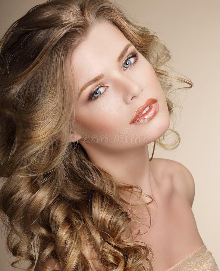 完美 有卷曲的苍白的健康头发的华美的女性 图库摄影
