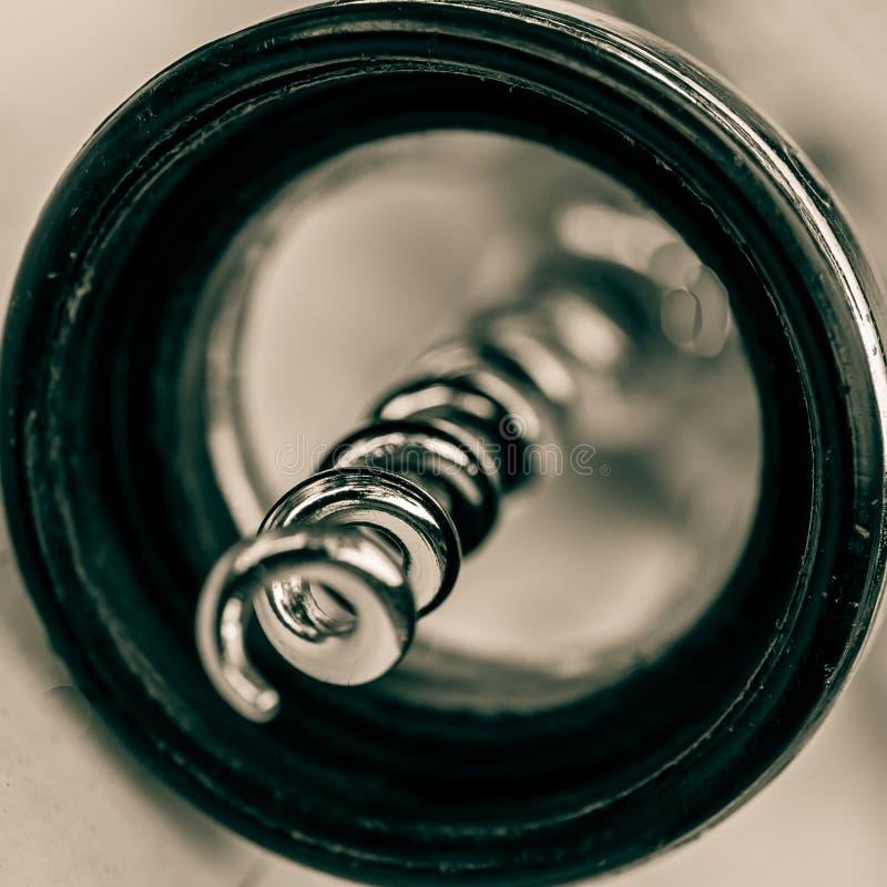 宏观关闭螺旋拔塞螺旋瓶盖启子 啊如此从底部观看了 库存图片