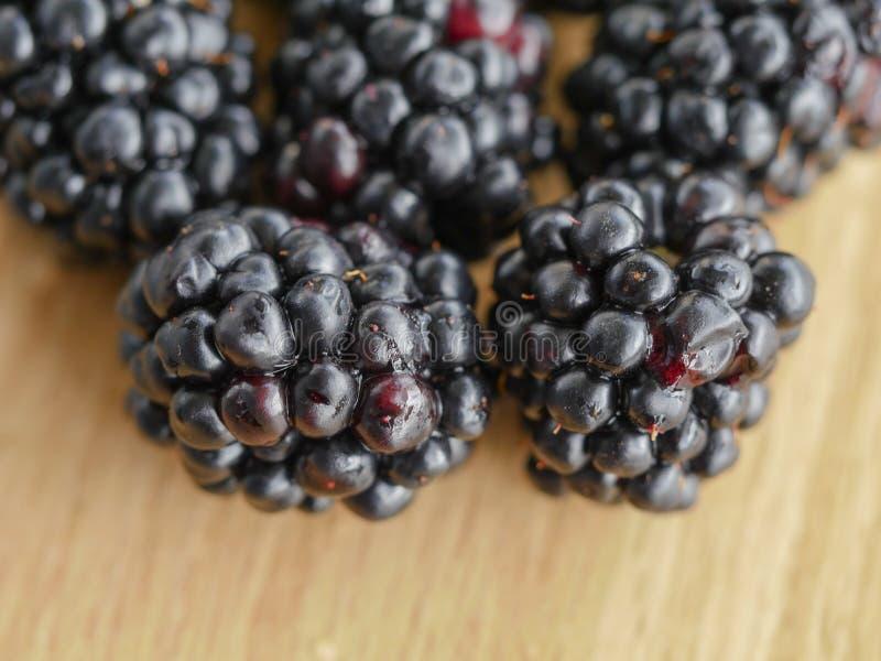 宏观射击-在木背景的黑莓 库存照片