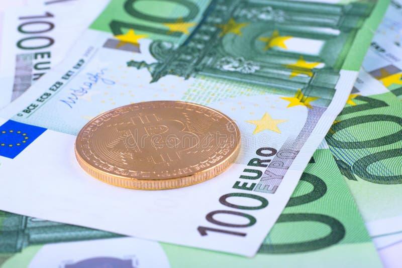 宏观照片-欧洲货币、欧元和bitcoin的背景 免版税库存照片