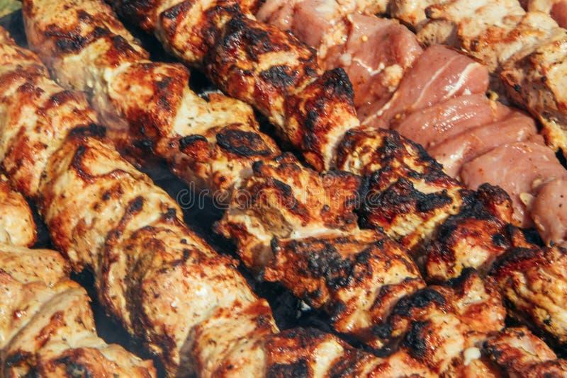 宏观特写镜头在火,新鲜的水多的肉烤和鲜美,non-vegetarian概念,自然健康的生活方式的烤烤肉BBQ 免版税库存图片