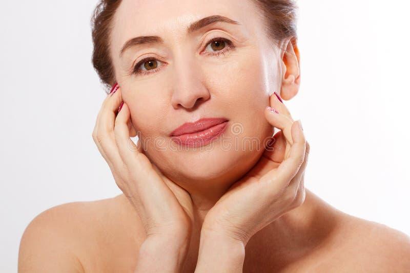 宏观画象年长妇女面孔 温泉和护肤 胶原和整容手术 防皱和身体关心概念 库存照片