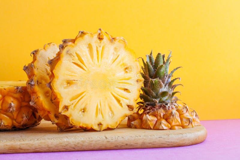 宏观看法在黄色背景的切的菠萝 在一个切板的成熟美味的异乎寻常的热带水果 库存照片