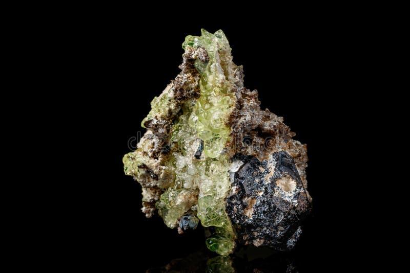 宏观石头矿物的Hyalite,电气石Sherl,在黑背景的墨晶 库存照片