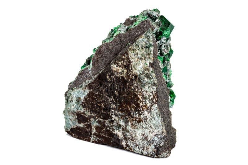 宏观石石榴石矿物,在岩石的Uvarovite在白色背景 库存图片
