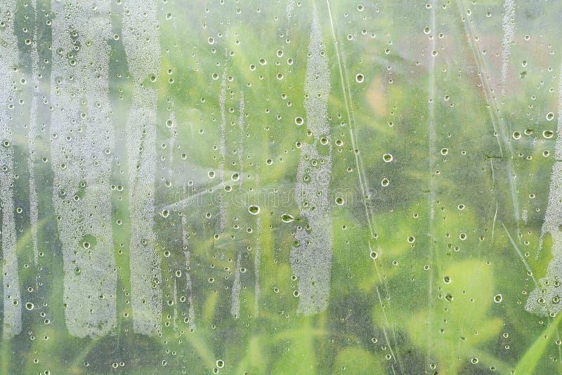 宏观纹理水下落 水许多小滴在塑料胶膜的 库存图片