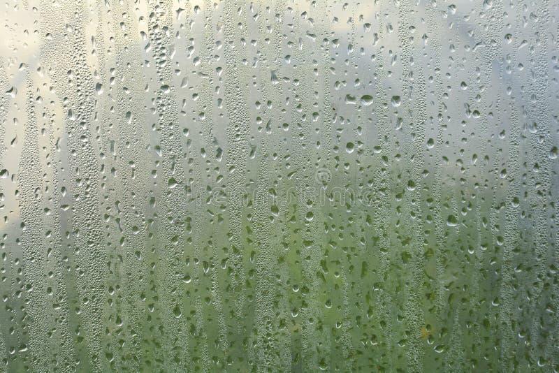 宏观纹理水下落 水许多小滴在塑料胶膜的 图库摄影