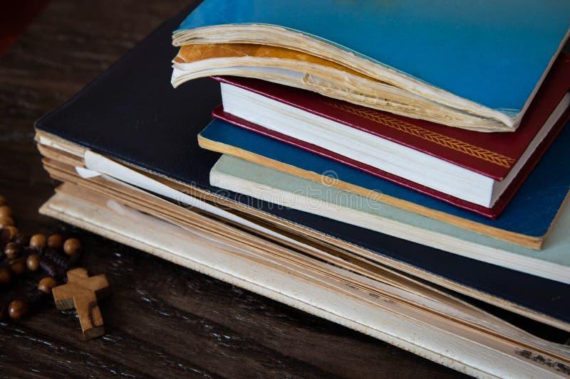宗教和木念珠古老书  免版税图库摄影