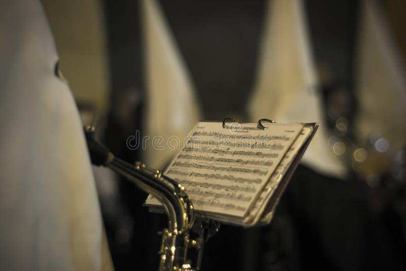宗教步演奏在夜后面的音乐 免版税库存图片