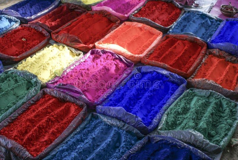 宗教目的(印度教)五颜六色的粉末在一个市场上在尼泊尔 免版税库存图片