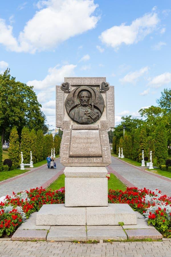 宗教纪念碑在特维尔城市公园  秋天晴天 在街道上的人步行 免版税库存图片