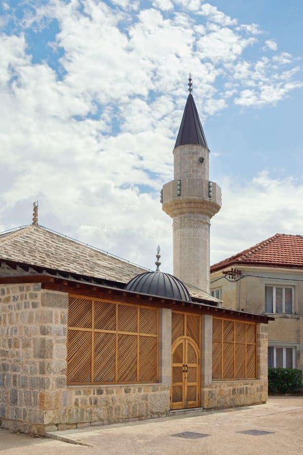 宗教结构 苏丹阿哈迈德清真寺看法在特雷比涅镇 达成协议波斯尼亚夹子色的greyed黑塞哥维那包括专业的区区映射路径替补被遮蔽的状态周围的领土对都市植被 免版税库存照片